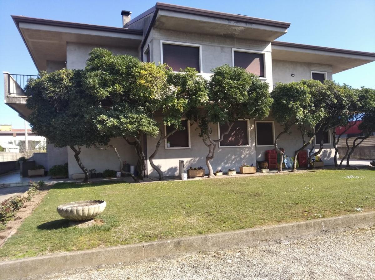 Soluzione Indipendente in vendita a Bussolengo, 15 locali, prezzo € 750.000 | CambioCasa.it